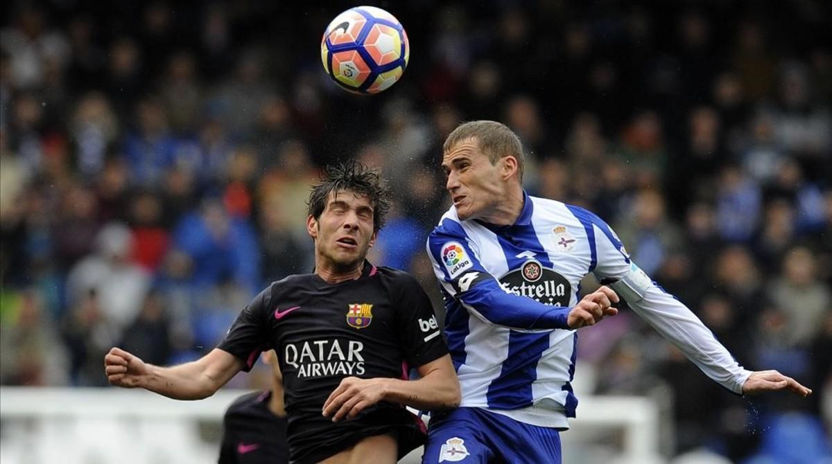Sergi Roberto disputa un balón aéreo con Álex Bergantiños en el partido de liga.
