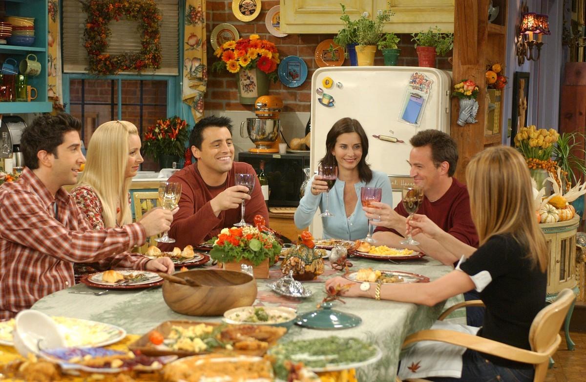 Los seis protagonistas de la serie Friends, en uno delos muchos ágapes que disfrutaron a lo largo de 10 años de emisión.