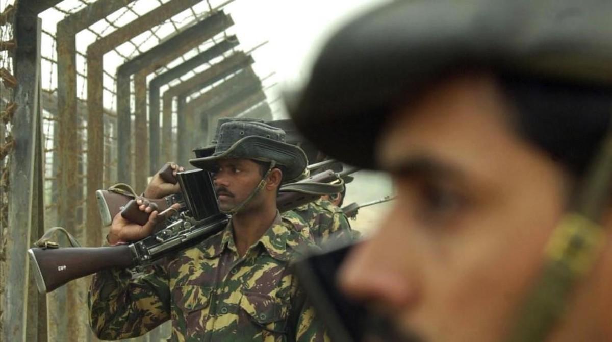 Soldados indios vigilan el lado paquistaní desde la valla en un lugar indeterminado de la frontera entre India y Pakistán, en el estado indio de Punyab, el 3 de enero del 2002.