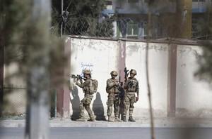 Soldados rodean la sede de la televisión privada Shamshad TV tras un ataque en Kabul