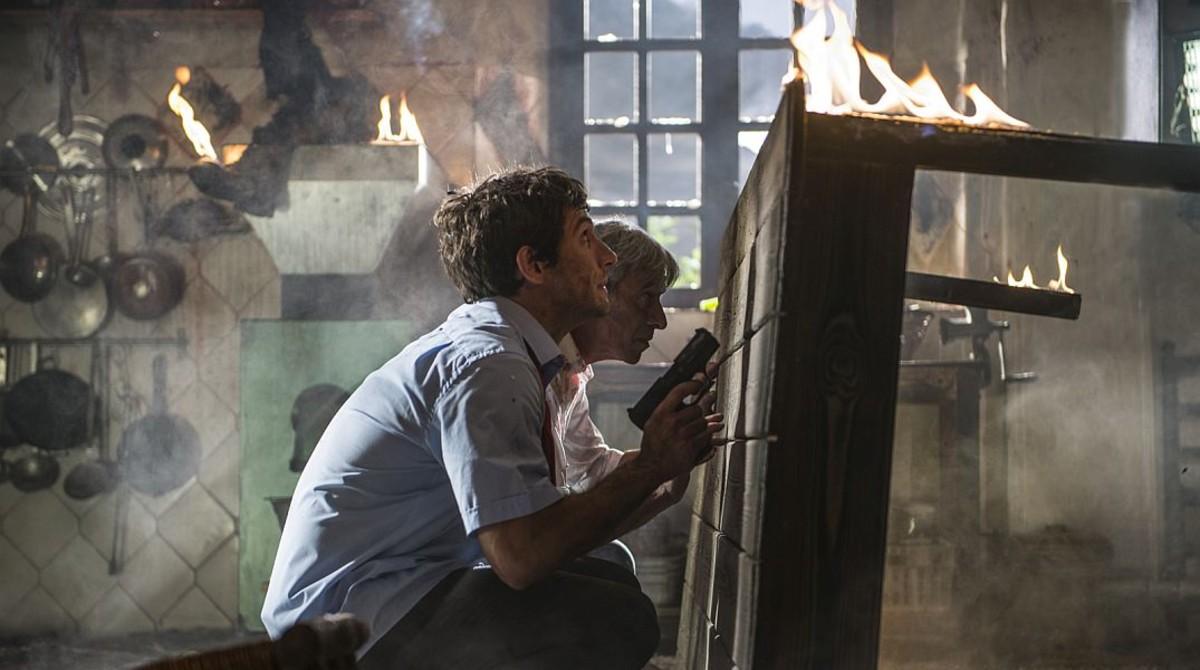 Quim Gutiérrez y Imanol Arias se defienden de los malos en una escena de la película Anacleto: agente secreto.