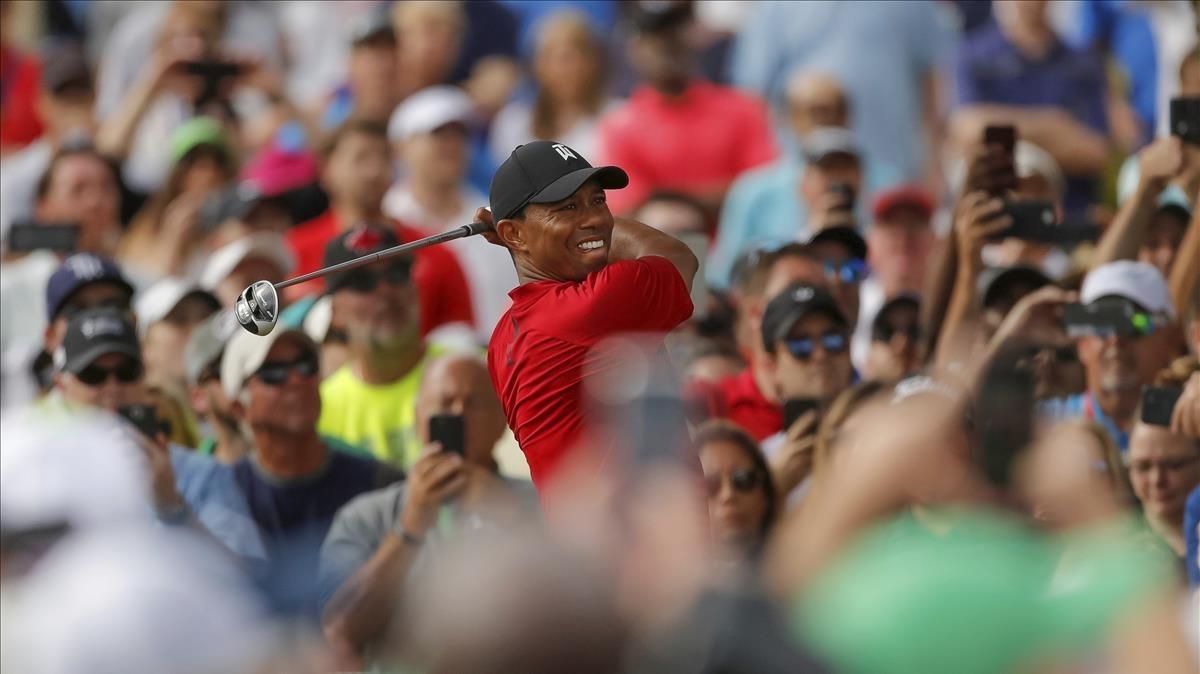 Tiger Woods, en una salida del domingo, seguido por una multitud de público.