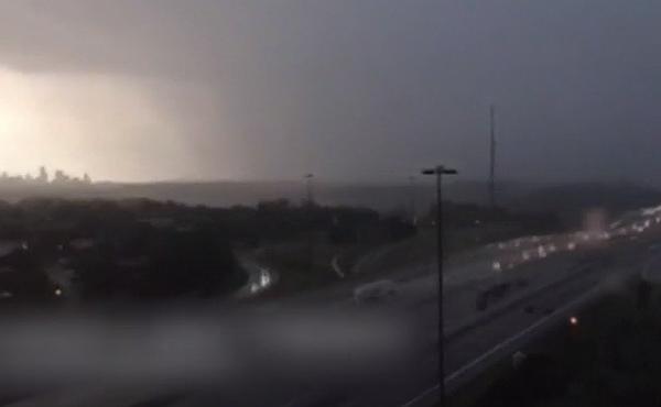 Un time lapse recoge unas espectaculares imágenes de una fuerte borrasca en Toronto, Canadá.