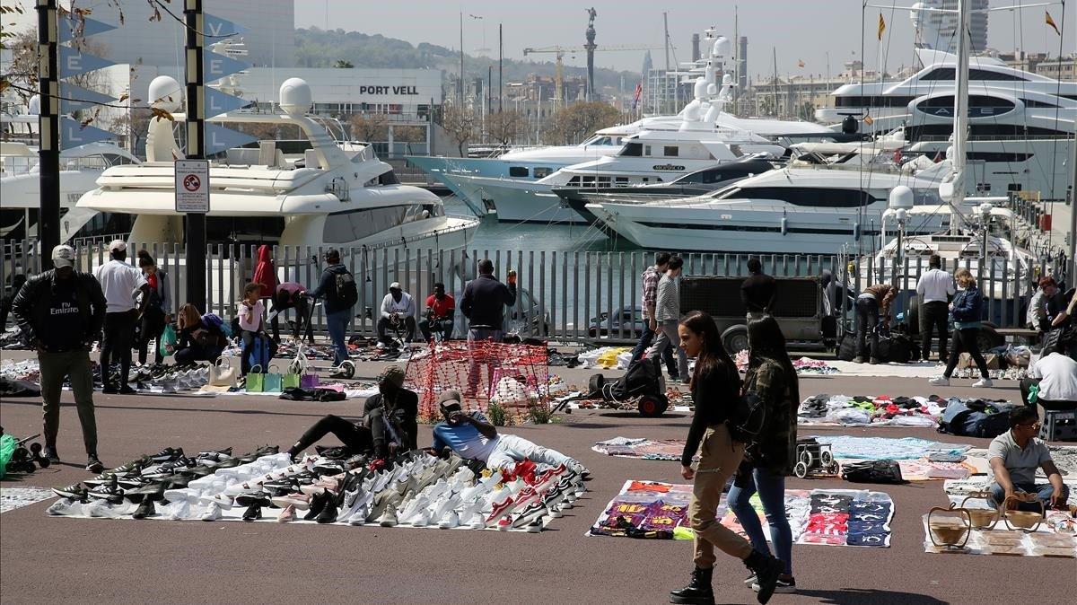 'Top manta' en el Port Vell de Barcelona, este sábado.