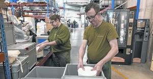 Trabajadores de la cooperativa de inserción laboral Femarec limpian y clasifican la vajilla reutilizable que utilizan las asociaciones de la ciudad.