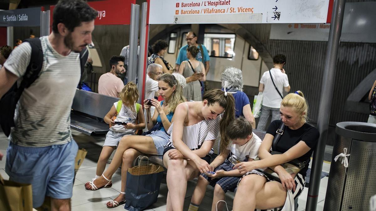 Saturación de turistas y gente que va a la playa en transporte público.