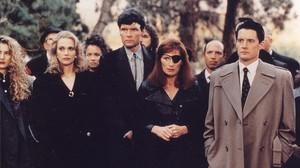 Los personajes de Twin Peaks casi al completo, con el agente Cooper (Kyle MacLachlan) a la derecha.