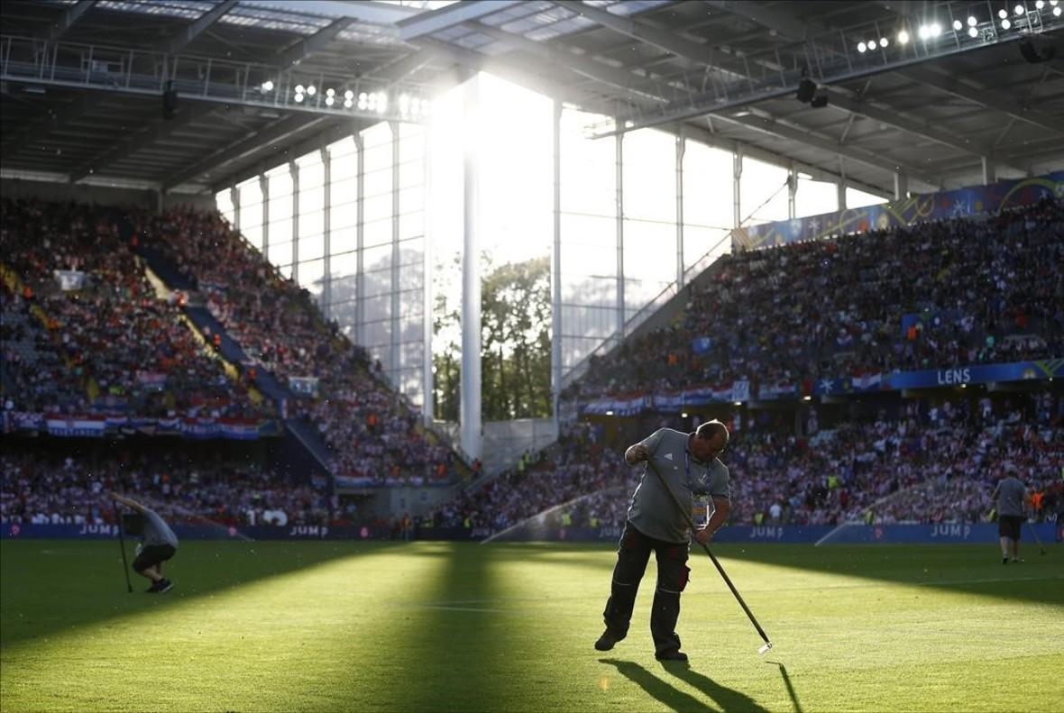 Últimos toques al césped antes delpartido entre Croacia y Portugal en el estadio Stade Bollaert en Lens.