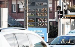 Una gasolinera de Barcelona mostra els preus dels carburants.