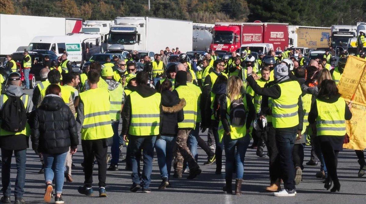 Una manifestación de 'chalecos amarillos' bloquea el paso del tráfico en el peaje de la localidad francesa de Le Boulou.