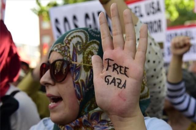 Una manifestante ante la embajada de Israel en Madrid, este jueves por la tarde.