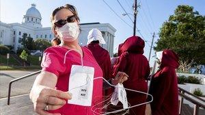 Una manifestante contra la prohibición del aborto, en