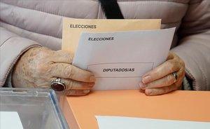 Una mujer se dispone a votar, en Madrid.