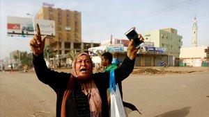 Una mujer sudanesa durante una de las protestas en Sudán.