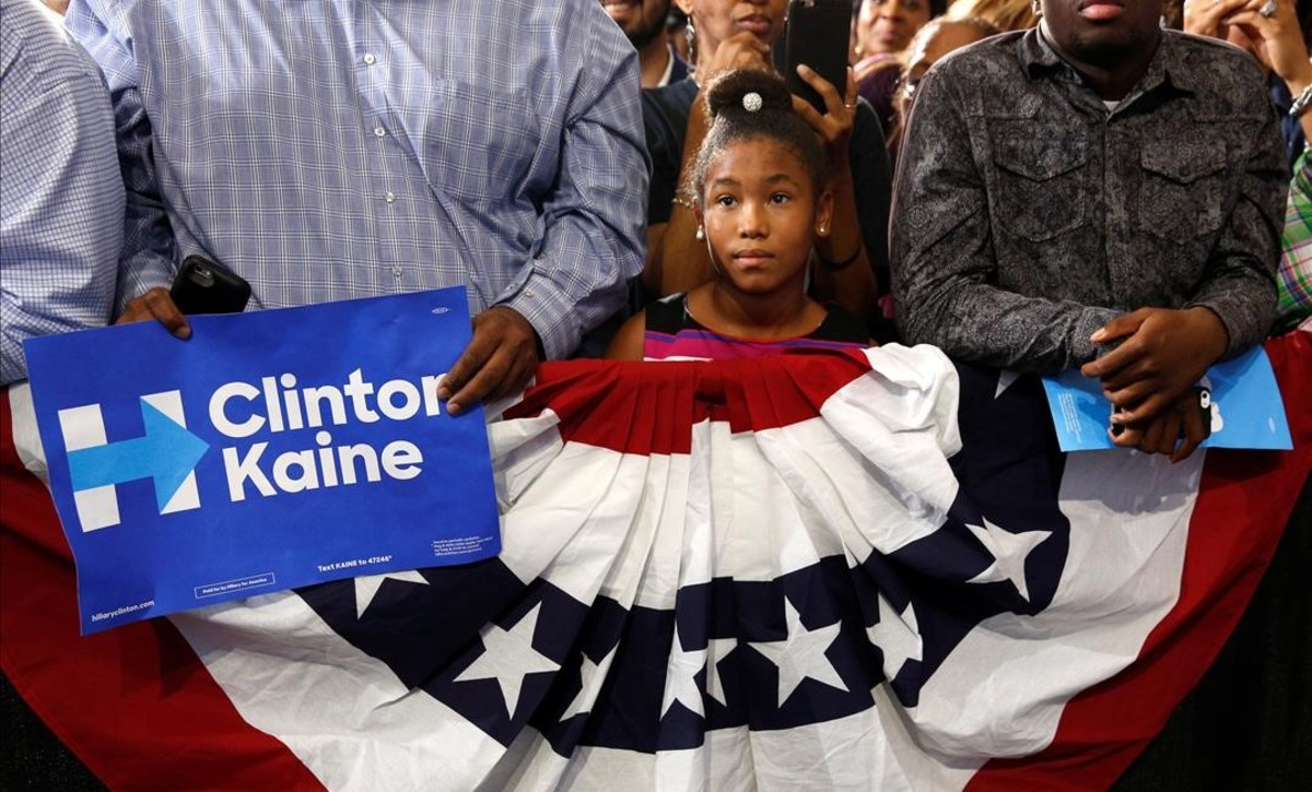 Una niña escucha un discurso de Obama durante un acto electoral demócrata de esta semana en Miami.