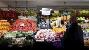 Una parada de mercado, con todas las medidas de protección contra la covid-19.