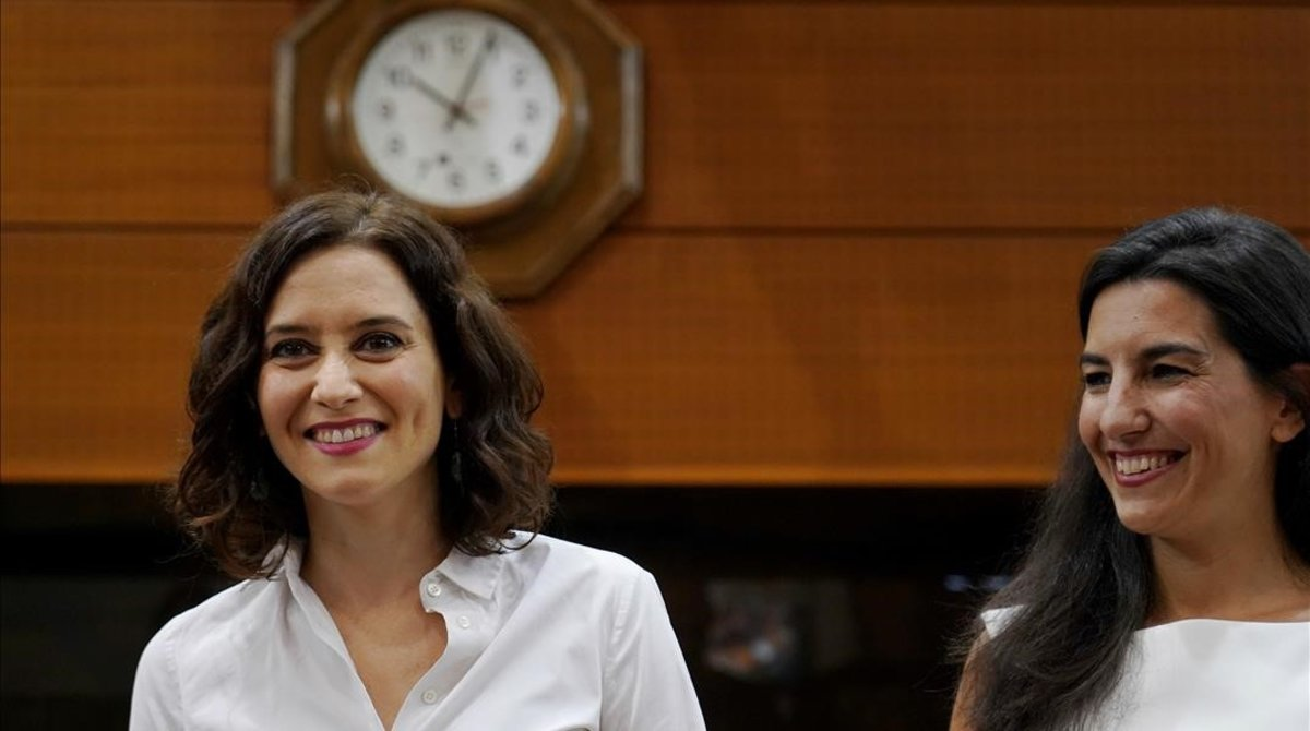 La presidenta de la Comunidad de Madrid, Isabel Díaz Ayuso, y la portavoz de Vox en la Asamblea de Madrid, Rocío Monasterio
