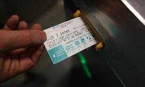 Un usuario entra en el metro en la estación de plaza de Catalunya.