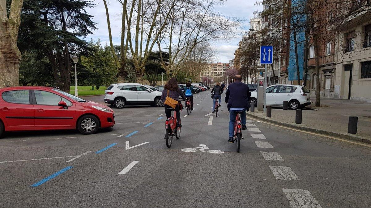 Usuarios del servicio Bilbaobizi por una calle pacificada con doble sentido para las bicicletas.