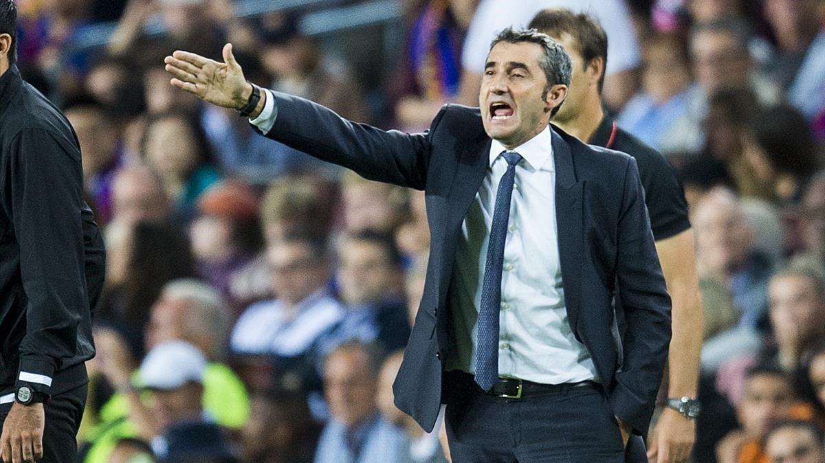 Valverde da instrucciones a sus jugadores durante el Barça-Sevilla en el Camp Nou.