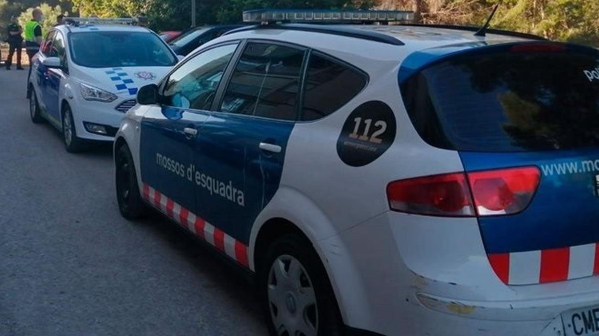 Un vehículo de los Mossos en una calle de Tarragona.