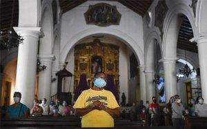 Fieles asisten a una misa en Caracas en plena crisis de coronavirus.