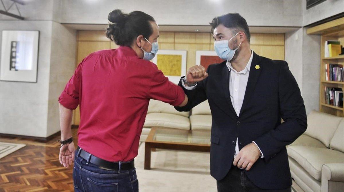 El vicepresidente segundo del Gobierno y líder de Unidas Podemos, Pablo Iglesias, y el portavoz de ERC en la Cámara baja, Gabriel Rufián, durante su encuentro en el Congreso este 16 de septiembre.