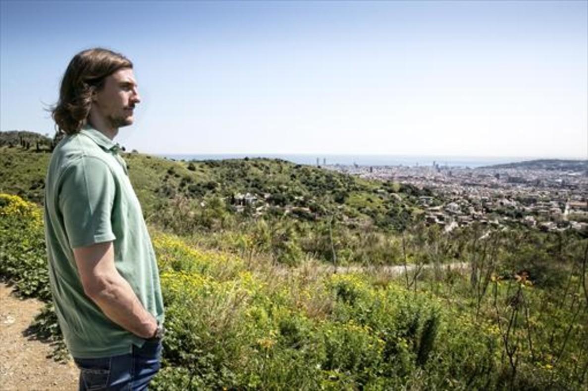 Viran Morros contempla Barcelona, cerca de la casa donde creció.