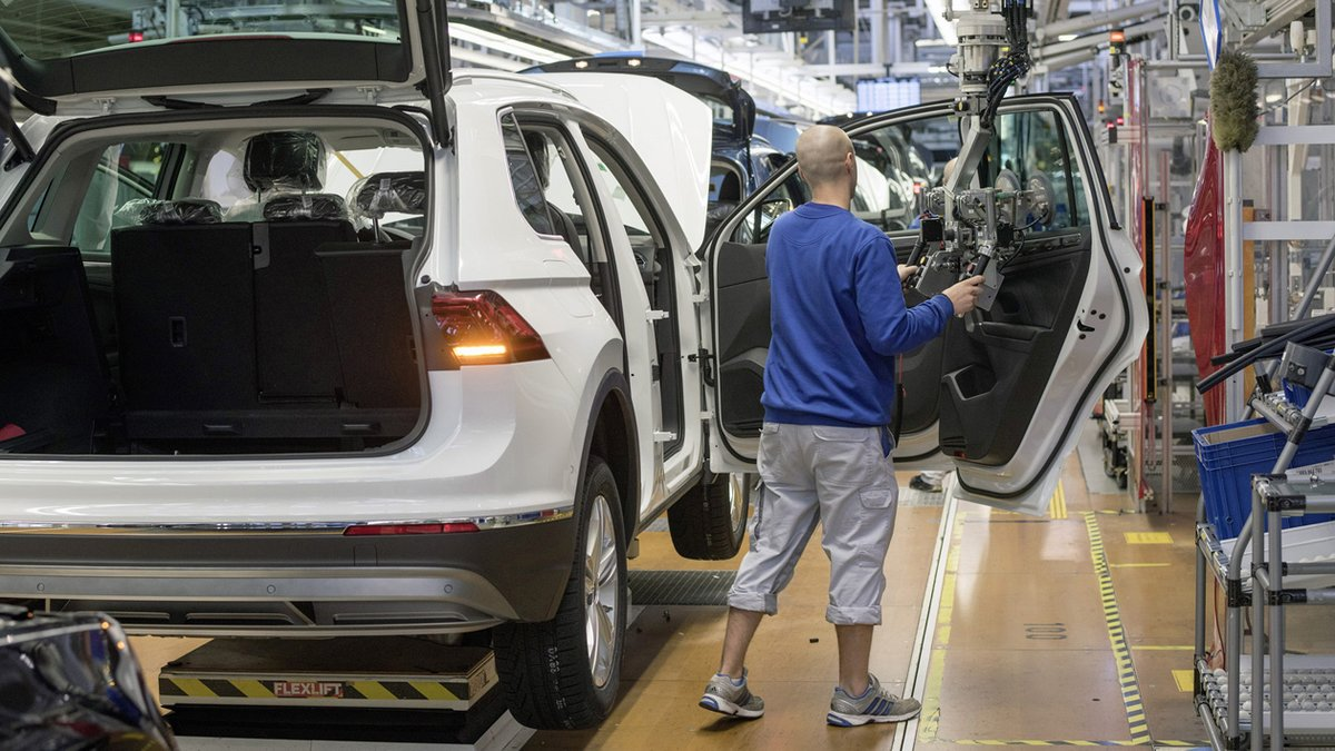 MOTOR AIRBAG Production Volkswagen Tiguan. Installation of the car doors at the assembly line.