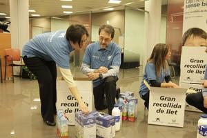 Voluntarios de la campaña de recogida de leche de la Obra Social La Caixa.