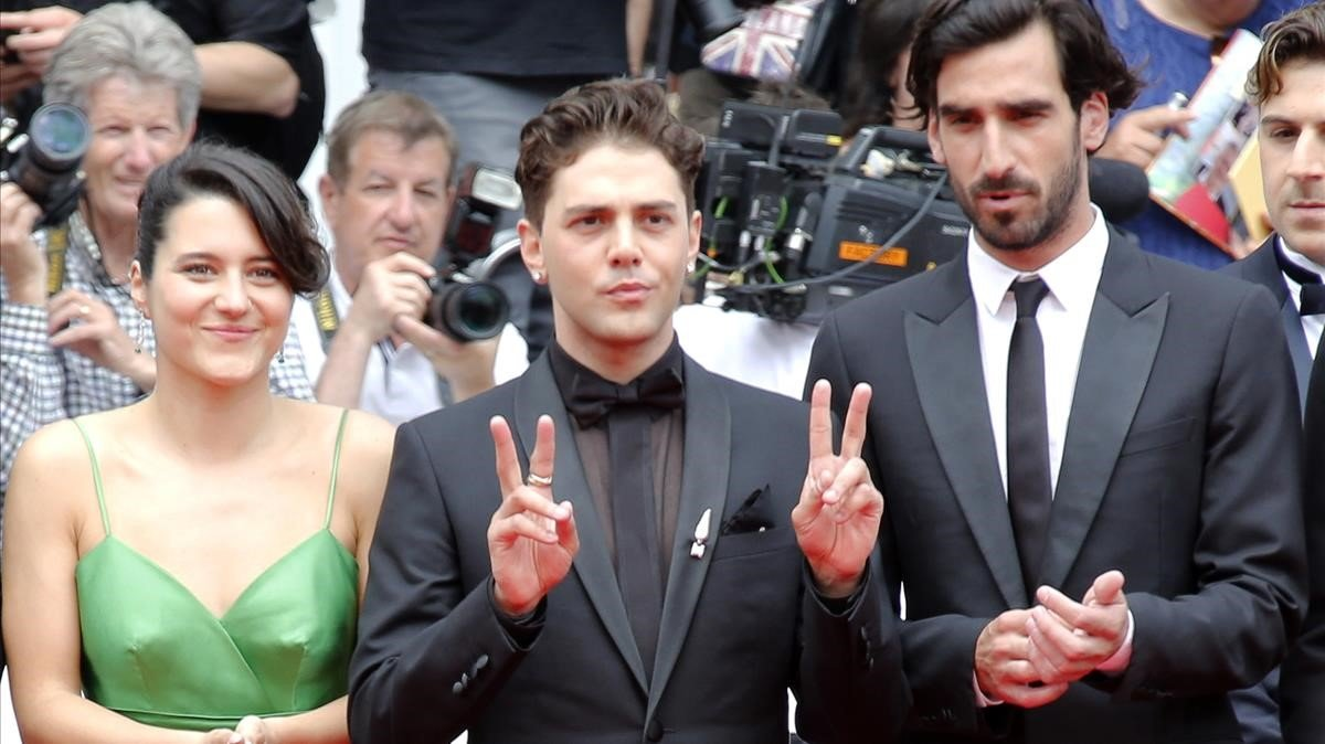 Xavier Dolan (en el centro), con los actores Catherine Brunet y Gabriel dAlmedia Freitas, en Cannes