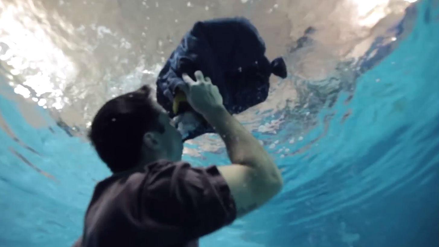Un home sobreviu a l'aigua fent un salvavides amb els seus texans