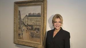 Carmen Thyssen, junto al cuadro de Camile Pissarro Rue Saint-Honoré por la tarde. Efecto de lluvia.