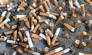 Un cenicero lleno de cigarrillos junto al aceso de un hospital barcelonés.