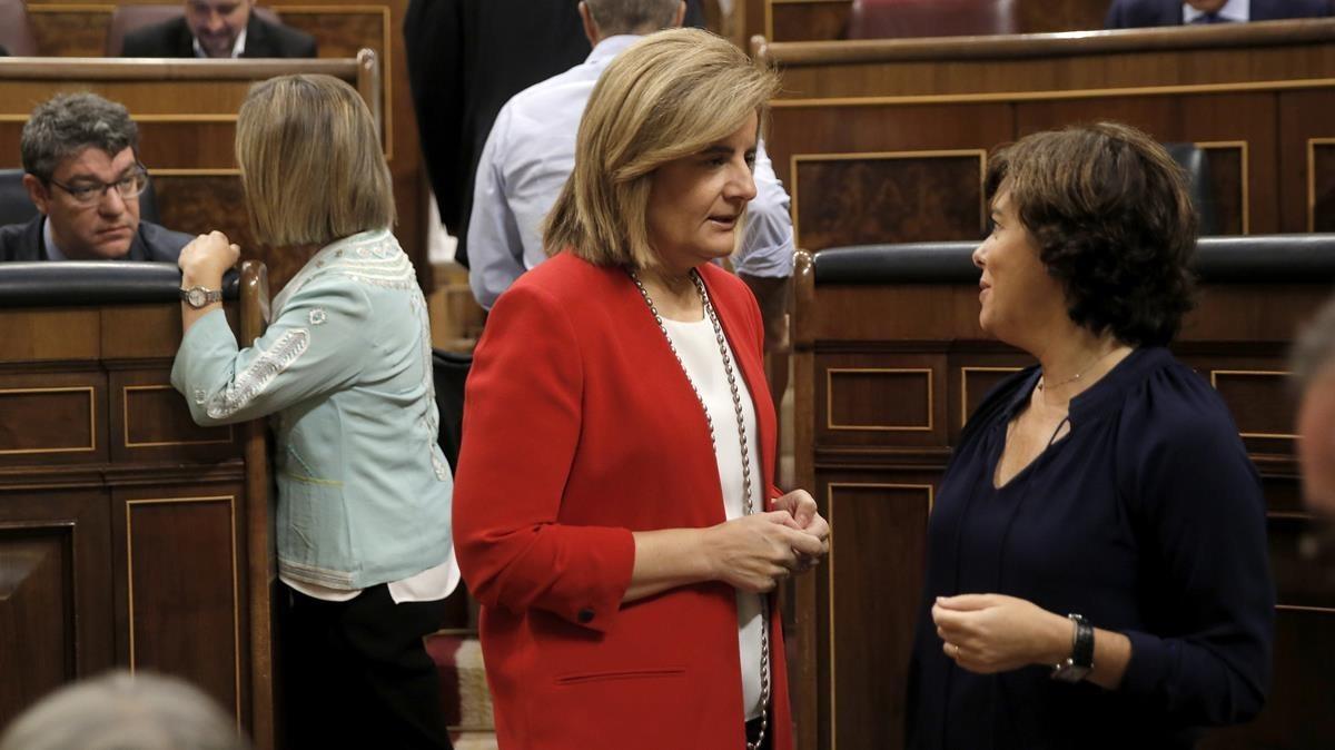 Fátima Báñez, ministra de Empleo, y Soraya Saénz de Santamaría, vicepresidenta del Gobierno, en el hemiciclo del Congreso de los Diputados.
