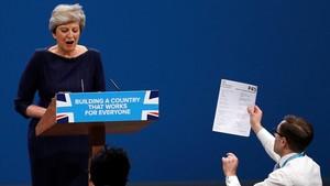 May rep el 'full d'acomiadament' durant el seu discurs a la conferència conservadora a Manchester