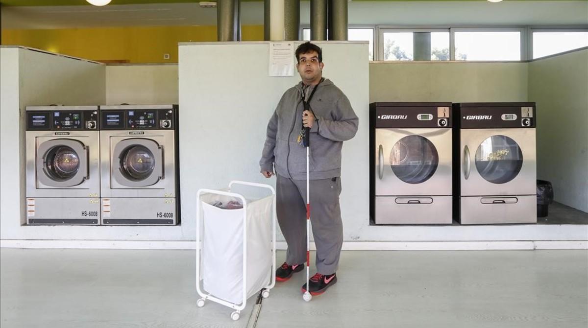 Óscar, en la lavandería del edificio en el que vive solo desde hace dos años.