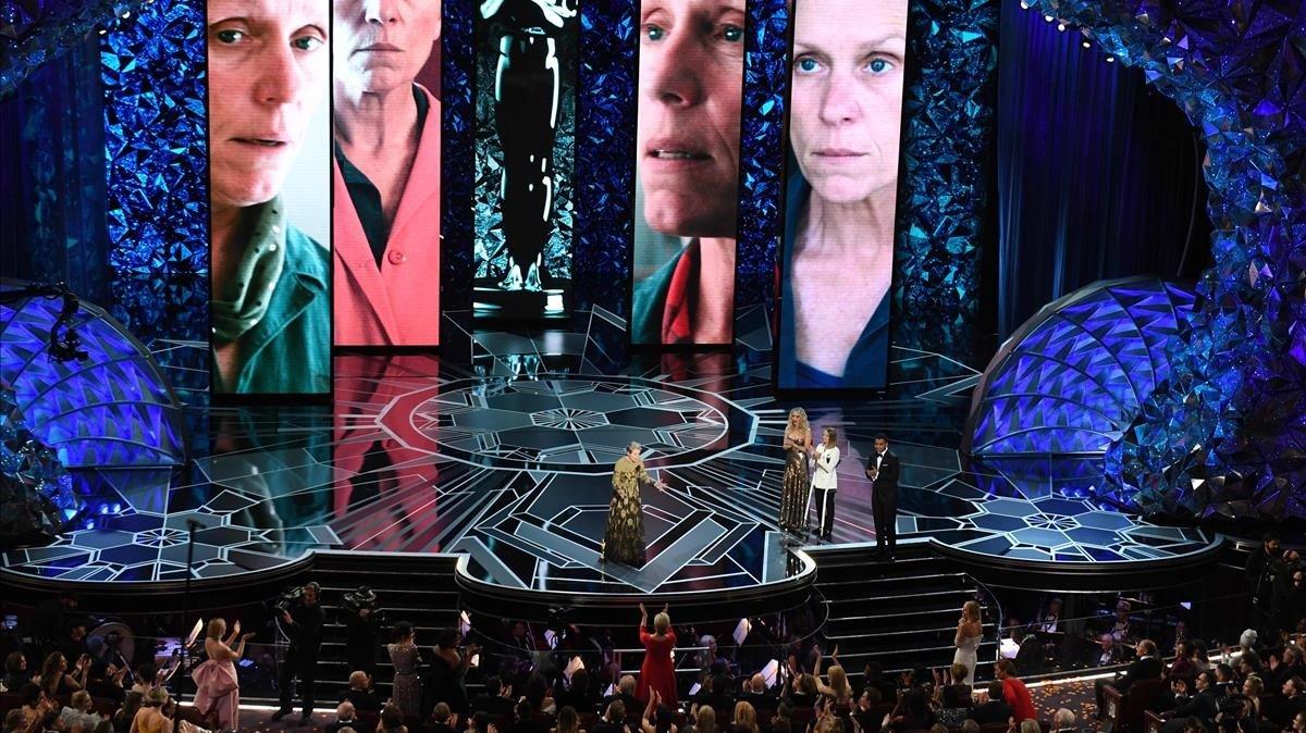 Frances McDormand, en la gala de los Oscar del 2018, recibiendo el premio como Mejor actriz.