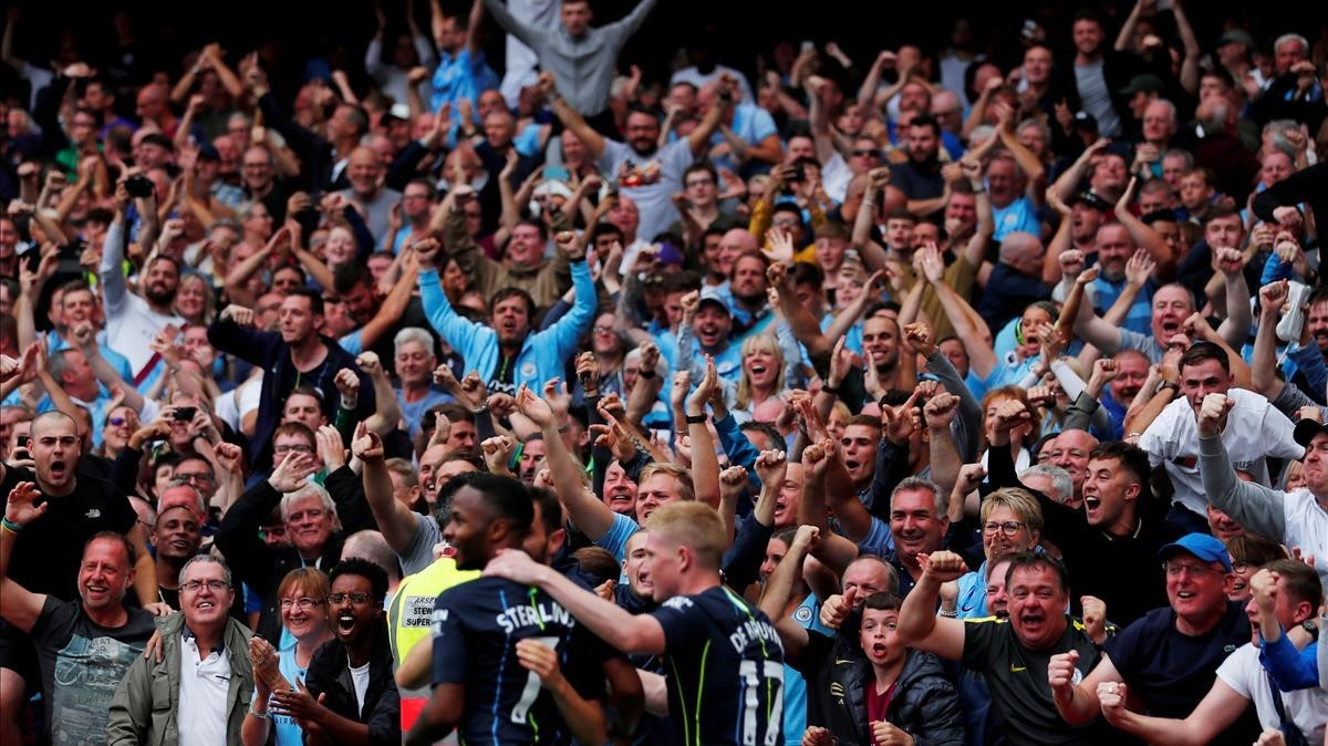 Bernardo Silva, del Manchester City, celebra un gol con los aficionados en un partido de la Premier League.
