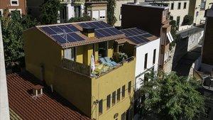 Edificio de Barcelona con placas solares en el techo