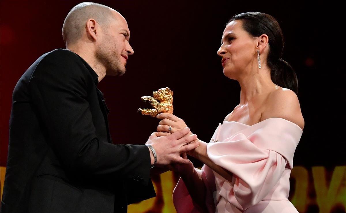 Nadav Lapid, director israelí, recibe el Oso de Oro por Synonymes por parte de la actriz Juliette Binoche, presidenta del jurado de la Berlinale 2019.