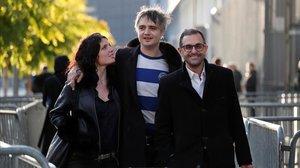 Pete Doherty, sonriente entre su novia y su abogado al salir del tribunal, este martes.
