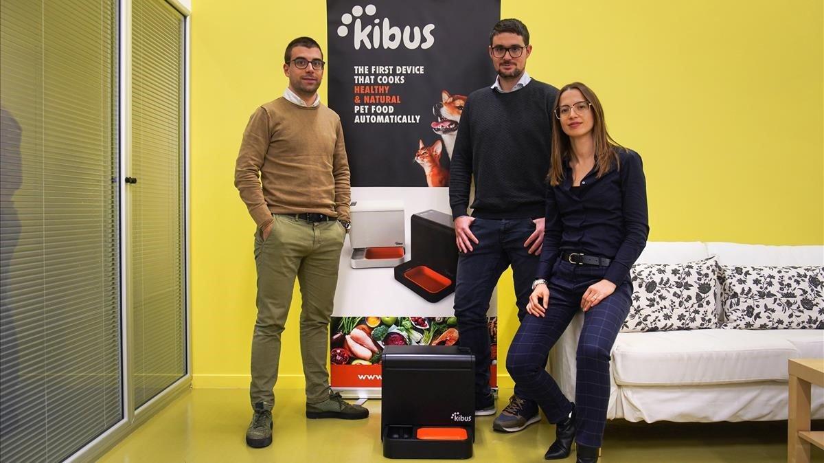 Albert Homs,Albert Icarty Marta Arisa, fundadores de la 'start-up' Kibus Petcare de Igualada.