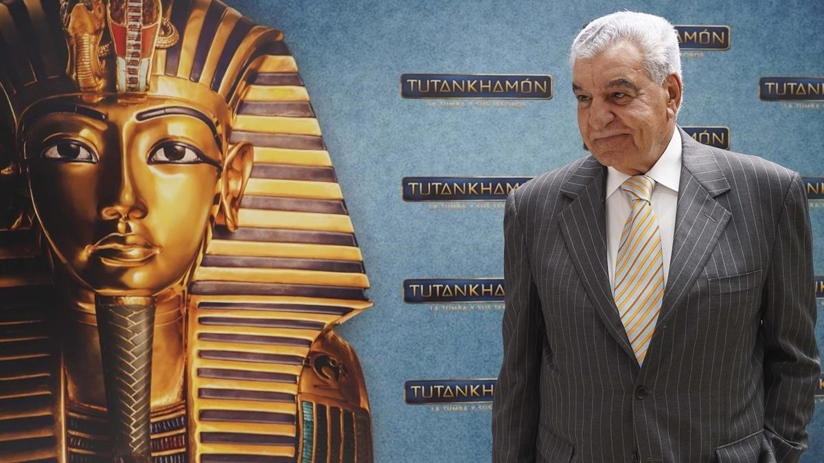 Zahi Hawass, este jueves en Madrid, junto a la imagen de la máscara de Tutankamón.