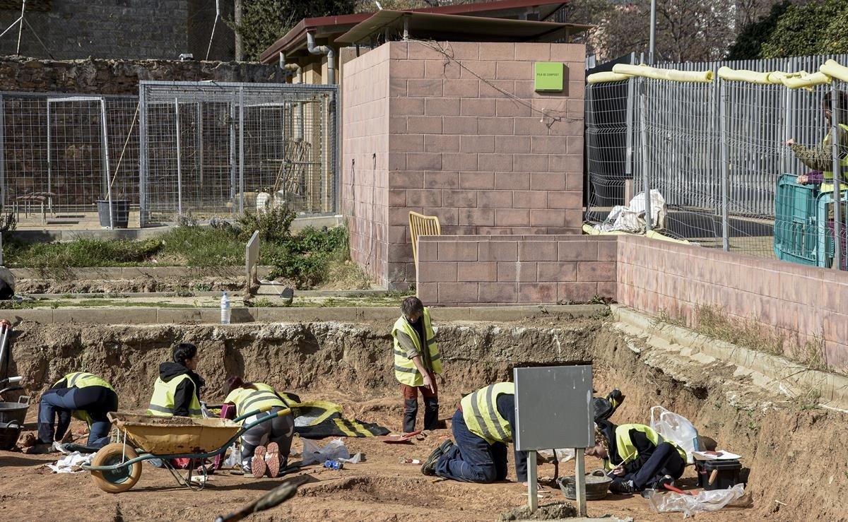 Unes obres destapen un cementiri sota un hort urbà de la Verneda