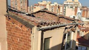 El tejado que se se ha derrumbado en el inmueble de la calle de Ramon Batlle, en el centro histórico de Sant Andreu.