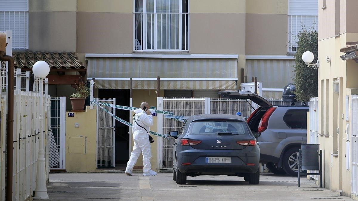 La Guardia Civil recoge pruebas en el domicilio de Almassora donde se produjo el homicidio.