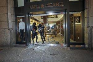 Nova York viu una nit de caos i saquejos en la primera jornada del toc de queda