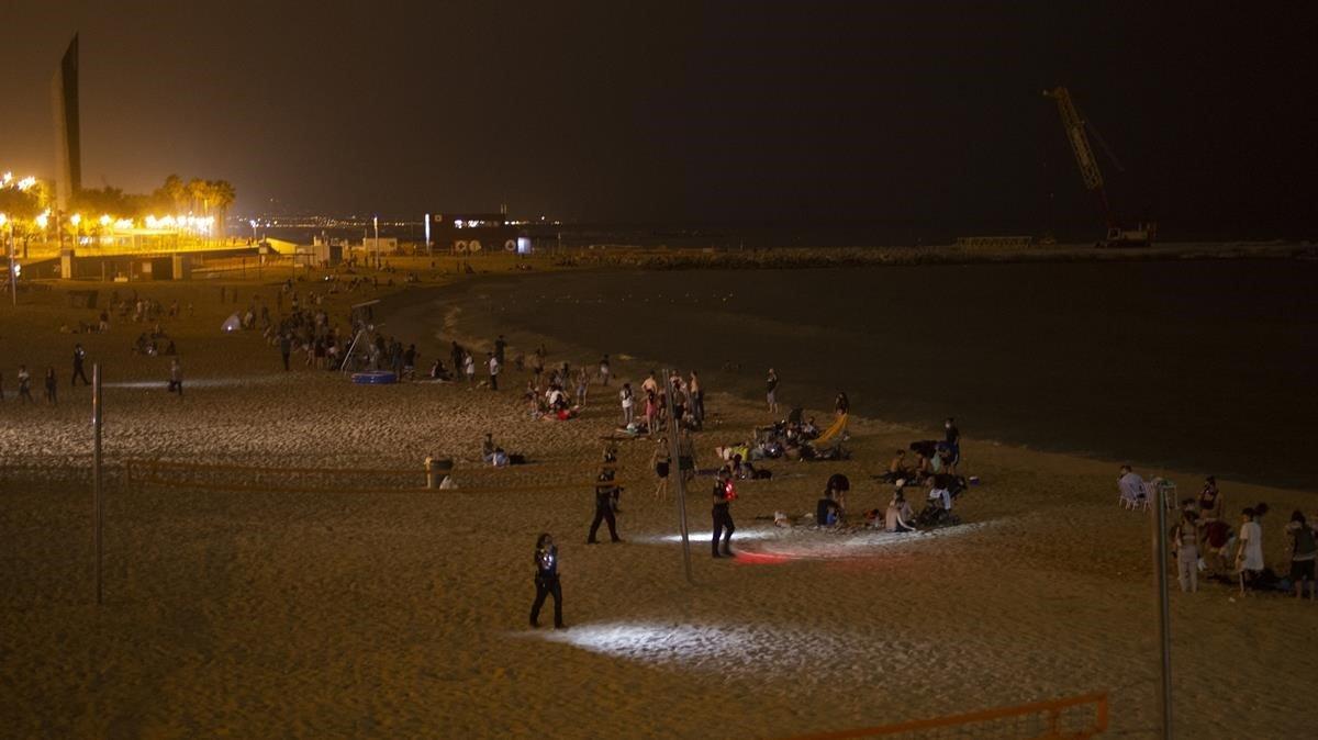 Agentes de los Mossos y de la Guardia Urbana en un operativo en el Port Olímpic la madrugada del 22 de agosto.
