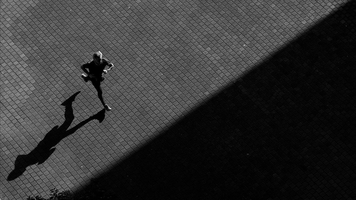 Un bilbaíno hace ejercicio en los alrededores del puente de La Salve.